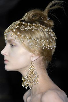 beautiful matha patti Indian forehead-hair jewelry & earrings by Alexander Mcqueen, Fall 2008
