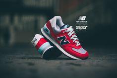 """Einer der klassischsten Sneaker aus dem Hause New Balance ist zweifellos der 574, welcher mit seiner Formgebung und bewährten Sohle auf ganzer Linie überzeugt. Das gestickte """"N"""" auf der Seite des Textil-Uppers ist unübersehbar und bildet einen passenden Kontrast auf dem neuen, grau-roten Colorway.  Artikelnr.: 1102251 Sizerun: 36-41 Preis: 99,99 Euro #snipes #snipesknows #newbalance #WL574 #sneaker"""