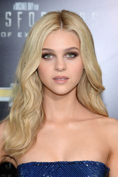 Nicola Peltz Long Wavy Cut - Nicola Peltz looked fabulous with her thick blond waves at the 'Transformers: Age of Extinction' premiere.