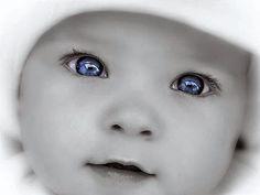 Hoe komt het dat baby's altijd geboren worden met blauwe ogen?