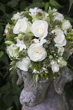 Klassiek biedermeier bruidsboeket in wit - en groentinten