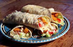 Lekker eenvoudig: wrap met krokante kip uit de oven, ijsbergsla, tomaat, yoghurt/knoflooksaus en Parmezaanse kaas.
