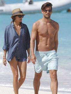 【ELLE】憧れカップルのビーチスタイルをパパラッチ|エル・オンライン