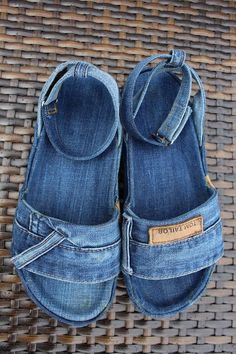 Upcycling: make jeans shoes yourself – singular - upcycling kleidung Artisanats Denim, Sewing Slippers, Jean Diy, Denim Sandals, Denim Ideas, Denim Crafts, Crochet Shoes, How To Make Shoes, Shoes With Jeans