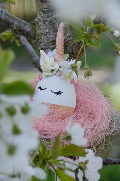 Ihr benötigt ein Styropor Ei, Modeliermaße, Stoffblumen und etwas Farbe 👉🏻 Christmas Ornaments, Princess, Holiday Decor, Diy, Home Decor, Colour, Dekoration, Decoration Home, Bricolage