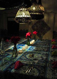 El sueño de una familia estadounidense residente en Marruecos: un hotel con encanto a las afueras de Marrakech. Ella -blogger de éxito, madre, esposa y mujer que recorre el mundo por su trabajo, llevando siempre a cuestas su cámara de fotos, su agudeza metal y ojo atento- y él, arquitecto, son los impulsores, creadores, promotores, …