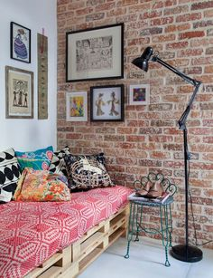 Lovely+pallet+sofa+and+colorful+decor+with+brick+wall+-+living+room+decor
