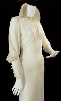 Sensational late crepe wedding gown with lace pop-up collar and empire waist. Lace flower appliques and cutwork at the neck, covered back and sleeve buttons. Vestidos Vintage, Vintage Gowns, Vintage Bridal, Vintage Outfits, 1930s Fashion, Vintage Fashion, Madame Gres, Vintage Couture, Estilo Retro
