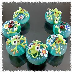 I think these are polymer clay frogs but they are not available anymore. Polymer Beads, Clay Beads, Lampwork Beads, Polymer Clay, Frog Crafts, Bead Crafts, Making Glass, Handmade Beads, Biscuit