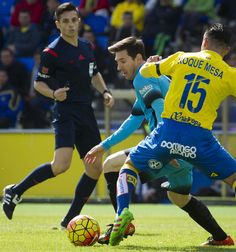 Barcelona's Argentinian forward Lionel Messi (C) vies with Las Palmas' midfielder Roque Mesa Quevedo (R) during the Spanish league football match UD Las Palmas vs FC Barcelona at the Gran Canaria stadium in Las Palmas de Gran Canaria on February 20, 2016.