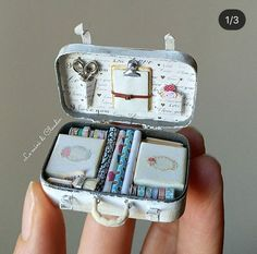 Miniature Scrapbok Suitcase ♡ ♡ By Le mini Di Claudia Doll Crafts, Diy Doll, Cute Crafts, Diy And Crafts, Paper Crafts, Miniature Crafts, Miniature Dolls, Altered Tins, Altered Art
