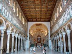 Iglesia de San Apolinar el Nuevo, Rávena (493-526). De planta basilical con tres naves, cubierta de madera y rica decoración de azulejos, aunque no se han conservado los del ábside.