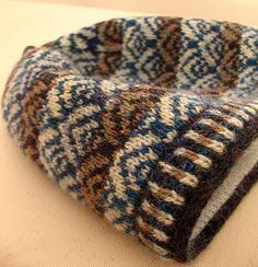 Project based on Caller Herrin knit hat by Kate Davies Fair Isle Knitting Patterns, Knitting Stitches, Knitting Designs, Knitting Projects, Hand Knitting, Knitted Headband, Knitted Hats, Norwegian Knitting, Knit Crochet