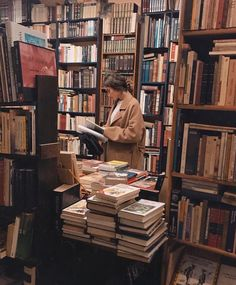 fotos Girl in a library Photographie Portrait Inspiration, Book Aesthetic, Aesthetic Girl, Autumn Aesthetic, Aesthetic Black, Aesthetic Beauty, Aesthetic Vintage, Jolie Photo, Book Photography