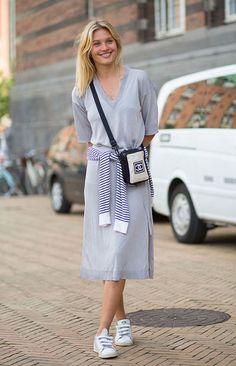 Street style look com vestido e blusa amarrada na cintura.