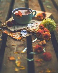 Image shared by eyes that see. Find images and videos about flowers, coffee and books on We Heart It - the app to get lost in what you love. Coffee Photography, Autumn Photography, Creative Photography, Fall Wallpaper, Flower Wallpaper, Nature Wallpaper, Flower Backgrounds, Autumn Coffee, Autumn Cozy
