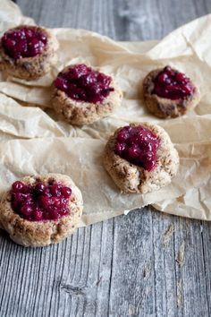 Zuckerfreie Kekse mit ebenso zuckerfreier Preiselbeermarmelade - die Rezepte zu diesen Keksen und mindestens 6 weiteren gibt es am Blog. / sugarfree cookies with cranberry jam sans sugar too!