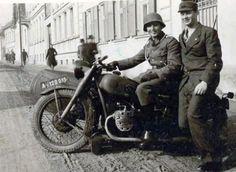 Soldados posando en una motocicleta BMW R 71. (Bueno el de la derecha parece un poco tonto, las cosas como son.)