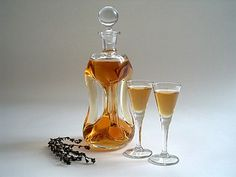More than sixty Danish schnapps and liqueur recipes based on neutral alcohol and natural flavourings, such as fruits, berries, herbs, and spices.