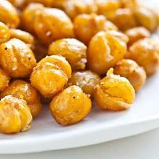 Crispy Roasted Chickpeas (Garbanzo Beans) - just made these tonight and YUM! Great crispy snack, especially when warm. Roasted Garbanzo Beans, Garbanzo Bean Recipes, Chickpea Recipes, Vegetarian Recipes, Cooking Recipes, Healthy Recipes, Crispy Chickpeas, Garbonzo Beans, Chickpea Snacks