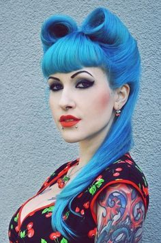 Check out the best vintage pin up hairstyles for glamourous girls who love victory rolls and Bettie bangs. Cabelo Pin Up, Peinados Pin Up, Victory Rolls, Look Rockabilly, Rockabilly Fashion, Rockabilly Hairstyle, Rockabilly Tattoos, Directions Hair, Maquillage Halloween Vampire