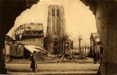 Woesten: Foto genomen vanuit de ruïne van het gebouw naast het kasteel van Leon Clement. Een Brits officier en twee Britse soldaten trekken de wacht op op de dorpsplaats. Links op de foto staat de verwoeste brouwerij van de familie Vanneste. Deze ruïnes werden later vervangen door een parking en het standbeeld der gesneuvelde strijders en burgelijke slachtoffers van de Eerste Wereldoorlog.straatnamen:Woestendorpperiode:1914-1918 (Eerste Wereldoorlog)datering:1917