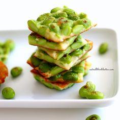 夏の人気食材「枝豆」。ビールに合うおつまみのイメージが強いですが、実はご飯にもスイーツにもぴったりで、栄養も豊富なとっても使える野菜なんです♪ スタミナ不足解消や貧血予防の効果もあるので、夏の暑さで疲れた体にもよさそうですね。そんな枝豆の基本のゆで方のコツと蒸し焼き枝豆や枝豆ご飯、ポタージュ、チーズのおつまみなどのお食事系レシピから、蒸しパンやずんだ餅のスイーツまで様々なおすすめレシピをご紹介します。ぜひチャレンジしてみてくださいね♪