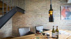 Christian Kaufmann produziert Lampen aus Rotweinflaschen. Conference Room, Table, Furniture, Home Decor, Wine, Flasks, Decoration Home, Room Decor, Tables