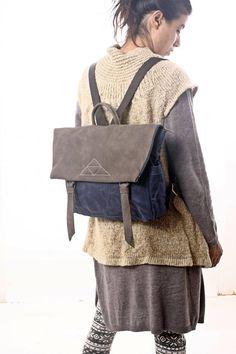 Von mir handgefertigt aus echtem italienischen Leder und starke blaue Bienenwachs Leinwand, dieser Rucksack ist süß und stylish. Mit Taschen auf der Innenseite seitlich und hinten, dieser Umhängetasche Rucksack ist groß genug für mehrere Notebooks, iPad und stationär, oder liefert für einen