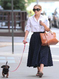 ペットと散歩中のところをキャッチされた、メアリーケイト・オルセンのレディライクな私服はすべてが絶妙すぎ!