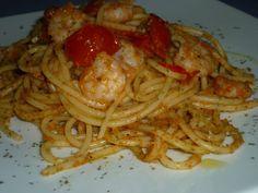Spaghetti con mazzancolle e bottarga, una ricetta semplice per un primo piatto leggero quanto buono. Da accompagnare con un vino bianco di qualità, servito freddo, come il Vermentino di Sardegna.