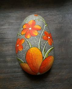 Elegant floral design hand painted on stone // painted rock // paper weight - hand painted on natural beach stone - approximately 6 x 4 cm - high quality porcelain paint and permanent markers I start with priming my rocks to get a smooth matt satin surf Pebble Painting, Pebble Art, Stone Painting, Stone Crafts, Rock Crafts, Caillou Roche, Art Rupestre, Art Pierre, Rock Flowers