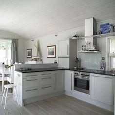 Her er bildene av den spektakulære Østfold-hytta Interior And Exterior, Interior Design, Coastal Homes, Coastal Style, Beach House, Kitchen Cabinets, Summer Houses, Home Decor, Kitchens