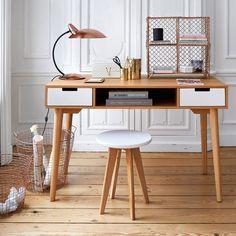 Le bureau 2 tiroirs, 1 niche, Jimi. Esprit vintage, ce bureau compact par ses dimensions ira facilement dans votre chambre ou votre salon. Ses 2 tiroirs et sa grande niche centrale vous permettront de ranger papiers, livres et stylos et même votre ordinateur portable quand il ne sert pas.