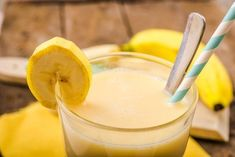 Prepara un exquisito batido de proteínas casero para adelgazar - Recetas para Adelgazar Flaxseed Smoothie, Banana Berry Smoothie, Banana Drinks, Juice Smoothie, Smoothies Banane, Fruit Smoothies, Smoothie Recipes, Banana Benefits, Fat Burning Smoothies