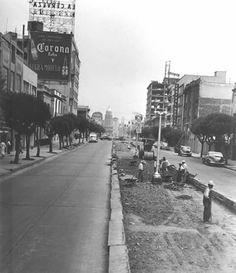 La Avenida de los Insurgentes, vista hacia el norte cerca del cruce con Monterrey a finales de los años cuarenta. Del lado izquierdo destaca el edificio que estuvo en la esquina con Durango, y a la derecha está en construcción el de Insurgentes y Tonalá, realizado por Augusto H. Álvarez y Juan Sordo Madaleno; con los sismos de 1985, el primero resultó dañado, mientras que el segundo fue reducido  ahora alberga una tienda Elektra. Al fondo sobresale la cúpula del cine Insurgentes.