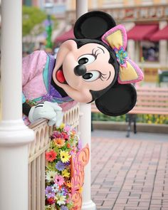 Minnie taking a peek over the fencing at the Magic Kingdom in Hong Kong Disneyland Mickey Mouse And Friends, Mickey Minnie Mouse, Disney Mickey, Disney Art, Mickey Mouse Wallpaper, Cute Disney Wallpaper, Magic Kingdom, Disney World Characters, Disney Aesthetic