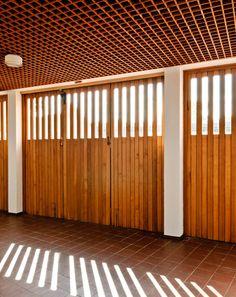 AD Classics: Heilig Geist Kirche / Alvar Aalto. Beautiful large doors - fine carpentry