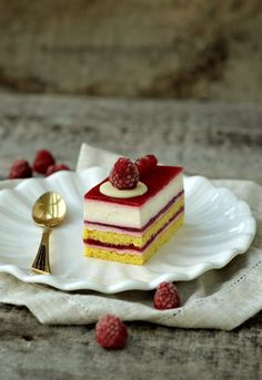 Cake with white chocolate and raspberries Cake Receipe, Food Artists, Layered Desserts, Romanian Food, Christmas Dishes, Something Sweet, Mini Cakes, No Bake Cake, Sweet Treats