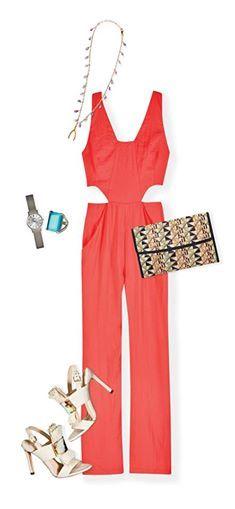 Una excelente opción para lucir sofisticada y sexy es un jumpsuit de colores como el coral. Dale un toque bohemio al outfit con un clutch tejido y sandalias.
