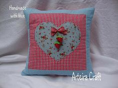 by Arteira Craft - bela almofada...pretty idea for an easy to do pillow!