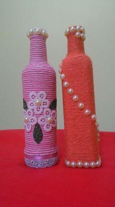 Uploaded file Yarn Bo - Quilling Deco Home Trends Wine Bottle Design, Wine Bottle Art, Painted Wine Bottles, Yarn Bottles, Bottles And Jars, Plastic Bottles, Glass Bottles, Pink Bottle, Glass Bottle Crafts