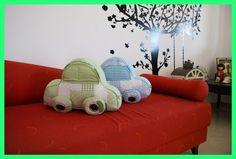 Almofada de Carrinho - Almofada muito fofa, feita em mix de tecidos com formato de carrinho. Acabamento com botões. Ideal para decorar o quarto do bebê! - R$60.00