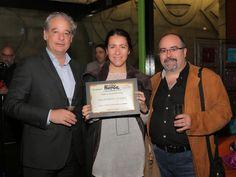 Los representantes del restaurante El Foro muestran su placa