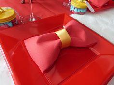 Venez découvrir une déco anniversaire cirque réalisée pour les 1 an et le baptême de mon petit clown ! Pliage de serviette, marque place, ...