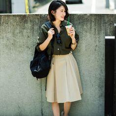 私服コーデを多数掲載しているインスタグラム(@wakame_kami)も大人気の、スタイリスト上村若菜さん。定番カラーのこなれた使い方が、プチプラ服でも安く見えない秘訣なんだとか。 とはいえ、いつも同じ配色では、新鮮さはなくなってしまいますよね。 そんな時のカギは、目を引く色をコーディネートに取り入れること。