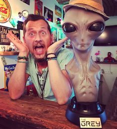 Visit from Outer Space 👽🤘😜  #lookingood #alien #artistlife #artist #cool #instapic #thegrey #space #elitecreaturecollectibles #nerd #limitededition #visitor #lifesize #geek #nerdstuff #collection #universe #theyarehere #ufo #visit #austria #artstudio #toys #toycollector #toy