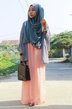 Trying to wear loose outfit with the maxi dress mix my custom made kimono polkadot and finish the touch wear chest covered hijab styles.