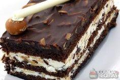 Pavê crocante com chocolate, em Pavês, ingredientes: 1 1/2 xícara (chá) de açúcar,1 colher (sopa) de manteiga,100g de castanha de caju picada,100g de biscoito tipo maizena quebrado grosseiramente,1 colher (sopa) de leite em pó,Manteiga para untar...