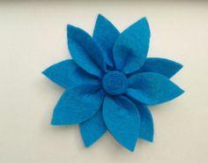 # Flor de fieltro azul